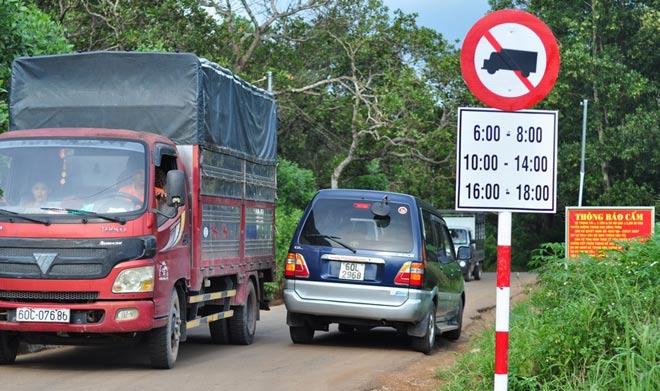 Dân mang đá ra đường chặn xe né trạm BOT tuyến tránh Biên Hòa - 1