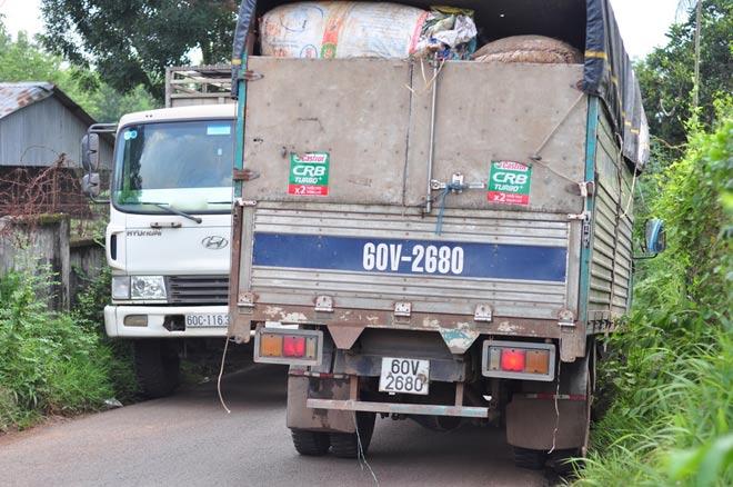 Dân mang đá ra đường chặn xe né trạm BOT tuyến tránh Biên Hòa - 2