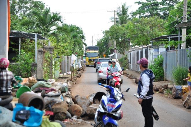 Dân mang đá ra đường chặn xe né trạm BOT tuyến tránh Biên Hòa - 3