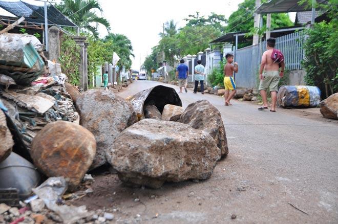 Dân mang đá ra đường chặn xe né trạm BOT tuyến tránh Biên Hòa - 4