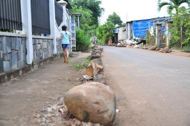 Dân mang đá ra đường chặn xe né trạm BOT tuyến tránh Biên Hòa - 5