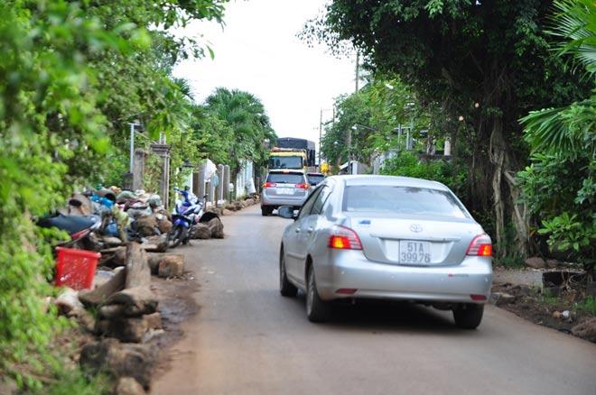 Dân mang đá ra đường chặn xe né trạm BOT tuyến tránh Biên Hòa - 6