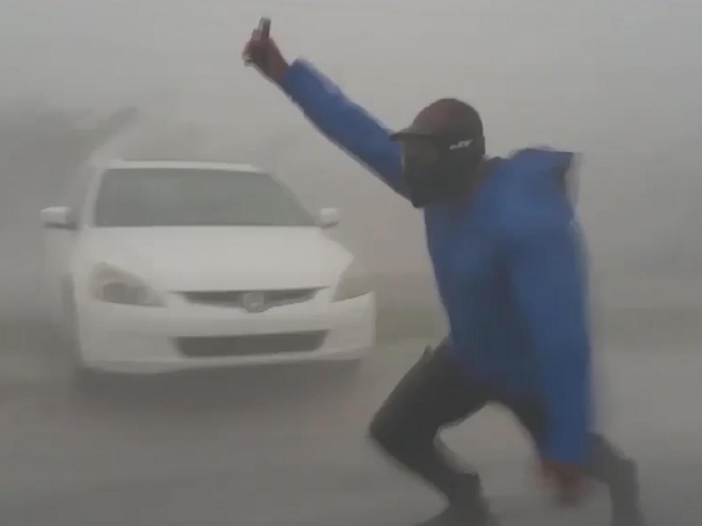 """Kinh ngạc với người đàn ông đi ngược chiều siêu bão """"quái vật"""" ở Mỹ - 1"""