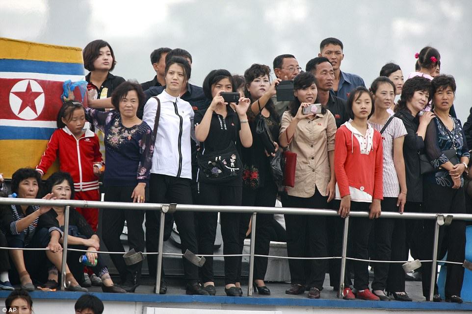 Mặc thế giới, dân Triều Tiên vui tươi đi du thuyền - 3