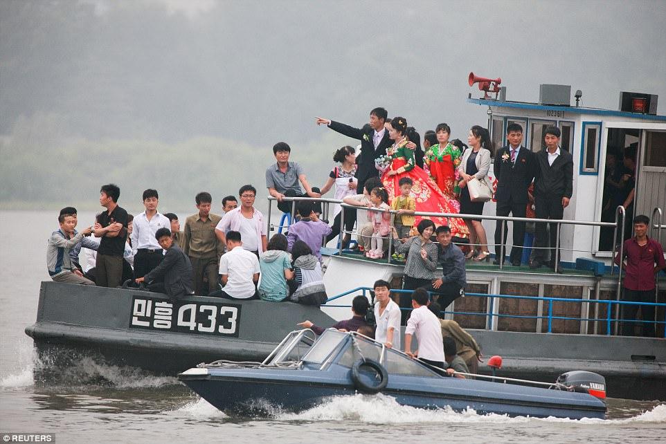 Mặc thế giới, dân Triều Tiên vui tươi đi du thuyền - 1
