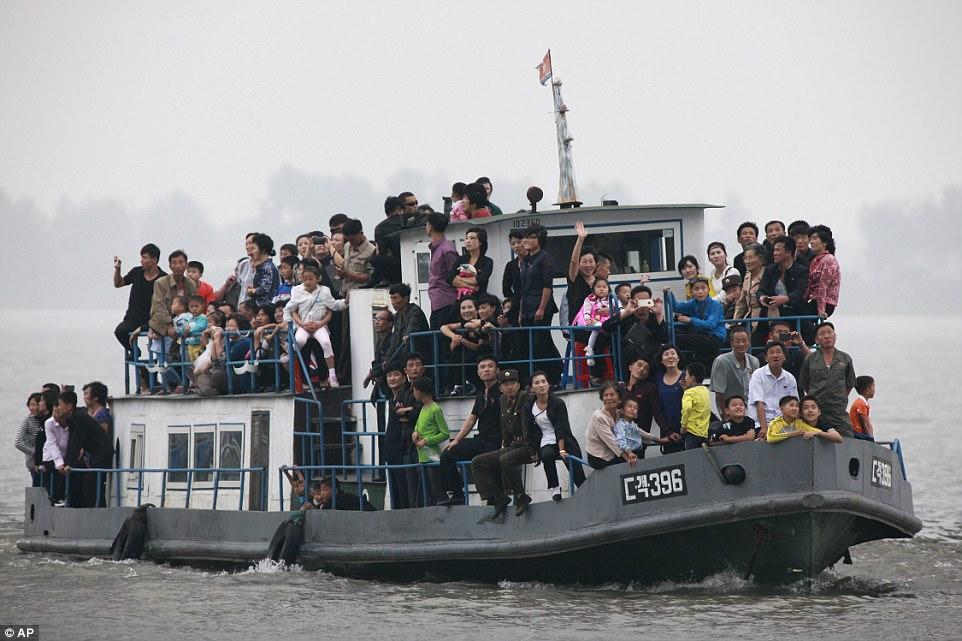 Mặc thế giới, dân Triều Tiên vui tươi đi du thuyền - 2