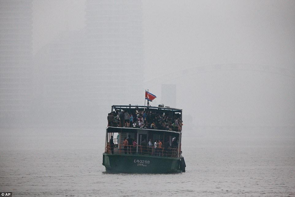 Mặc thế giới, dân Triều Tiên vui tươi đi du thuyền - 4