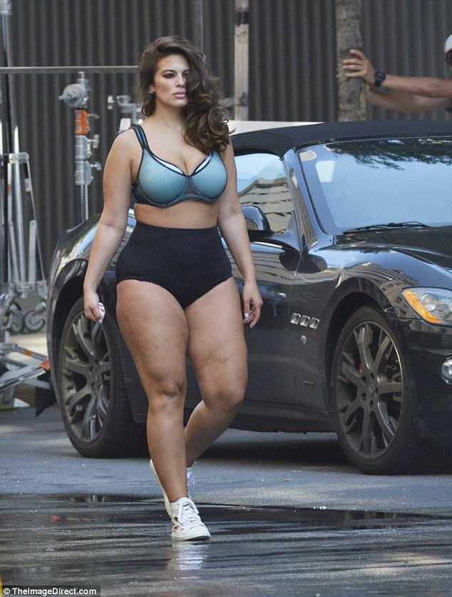 2 người mẫu sexy thản nhiên mặc mỗi đồ lót khoe thân ra đường - 1