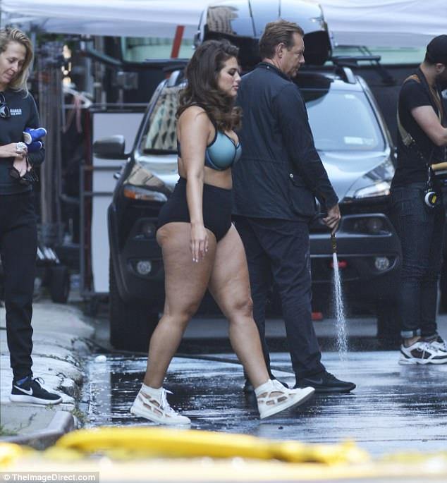 2 người mẫu sexy thản nhiên mặc mỗi đồ lót khoe thân ra đường - 5
