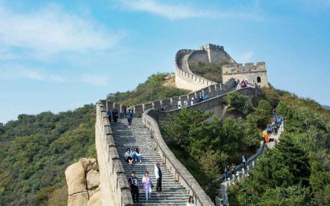 Địa điểm Vạn Lý Trường Thành được xây dựng: Du khách có thể dễ dàng tiếp cận kỳ quan thế giới của Trung Quốc từ thành phố Bắc Kinh. Công trình khổng lồ này kéo dài từ tỉnh Liêu Ninh ở phía đông tới thành phố Gia Dục Quan thuộc tỉnh Cam Túc ở phía tây.