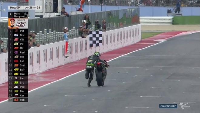 """Đua xe MotoGP: """"Hoàng tử"""" thống trị, hài hước cảnh dắt xe về đích - 4"""