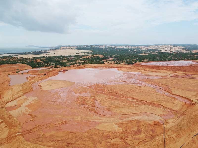 Những hồ bùn đỏ khổng lồ chực chờ gây họa - 1
