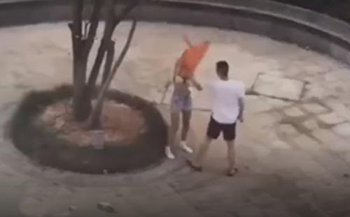 TQ: Cãi nhau với bạn trai, cô gái lột sạch đồ tại nơi công cộng - 1