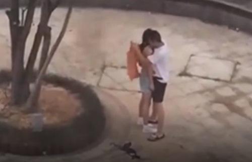 TQ: Cãi nhau với bạn trai, cô gái lột sạch đồ tại nơi công cộng - 3