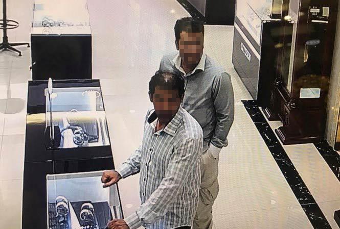 """Hai """"đạo chích"""" nước ngoài nghi trộm đồng hồ vàng hơn 238 triệu bị bắt - 1"""