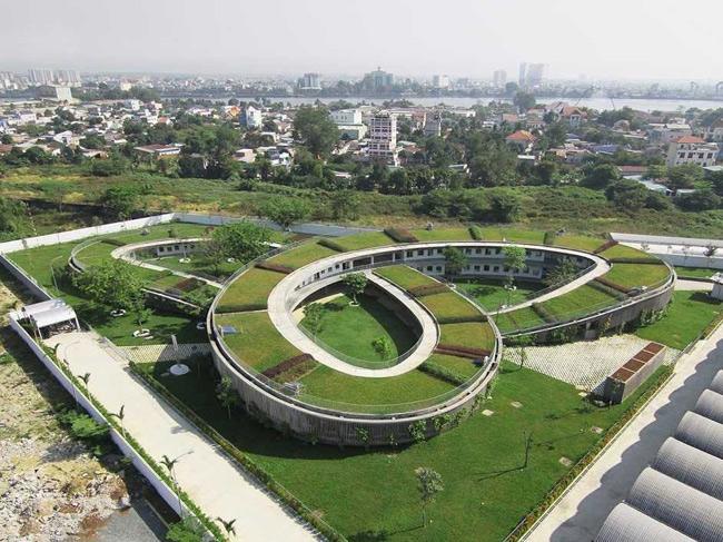 1. Trường mẫu giáo Farming Kindergarten, Việt Nam là tác phẩm thiết kế của kiến trúc sư Võ Trọng Nghĩa. Thiết kế độc đáo của công trình kiến trúc này nằm ở phần mái vòm được che phủ bằng lớp cỏ xanh mướt, tạo nên sự kết nối tuyệt vời giữa trẻ nhỏ với nguồn gốc nông nghiệp của đất nước.