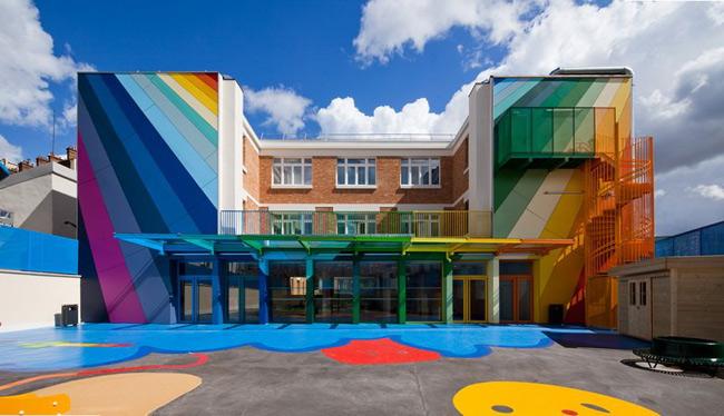2. Trường École Maternelle Pajol, Pháp là công trình kiến trúc rực rỡ sắc màu. Từ lớp sơn bên ngoài đến nội thất bên trong đều tuân thủ theo cách phối màu cầu vồng khiến trẻ em vô cùng thích thú. Đây là công trình được xây dựng từ năm 1940 và được cải tạo, sử dụng đến ngày nay.
