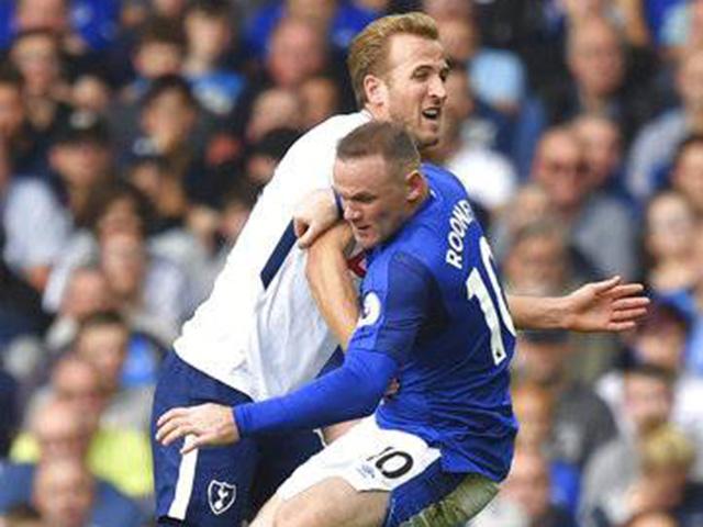 """Bàn thắng đẹp Ngoại hạng Anh vòng 4: Siêu phẩm """"lá vàng rơi"""" hạ gục Rooney"""