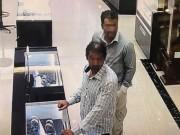"""Hai """"đạo chích"""" nước ngoài nghi trộm đồng hồ vàng hơn 238 triệu bị bắt"""