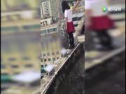 Thế giới - TQ: Nữ sinh sắp nhảy từ tầng 17, thầy giáo với tay túm áo