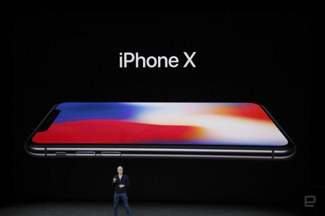 Đúng như đoàn đoán, iPhone X có màn hình tràn viền và không có nút Home.