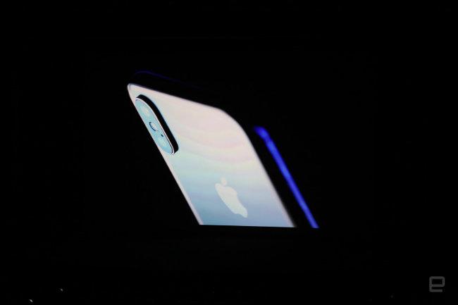Sản phẩm được mong đợi nhất iPhone kỷ niệm 10 năm của Apple đã chính thức lộ diện với tên mới hoàn toàn iPhone X.