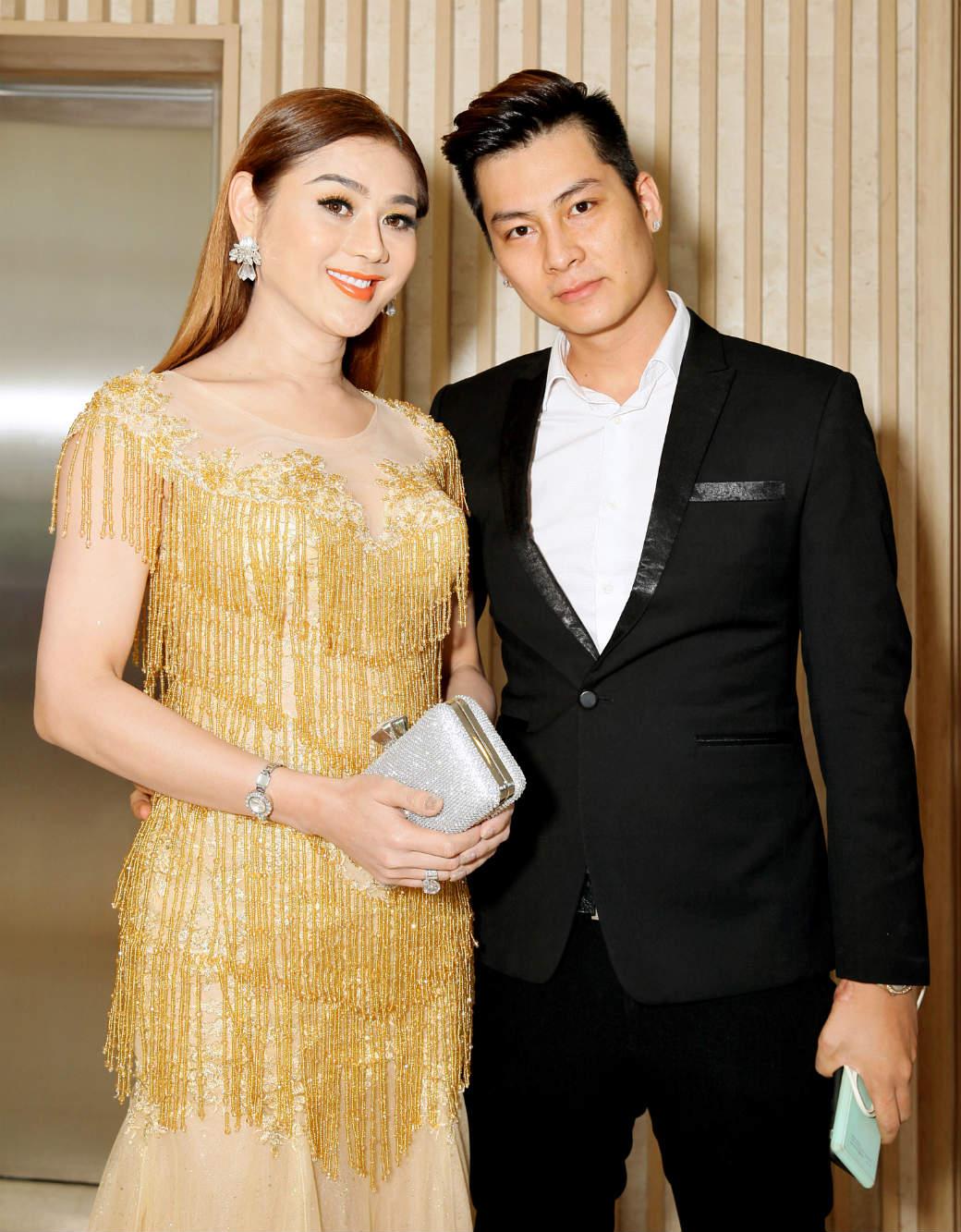 Hôn phu kém tuổi hộ tống Lâm Chí Khanh đi sự kiện - 2