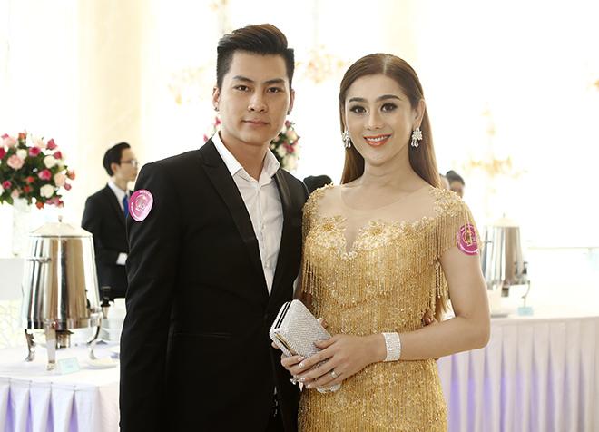 Hôn phu kém tuổi hộ tống Lâm Chí Khanh đi sự kiện - 3