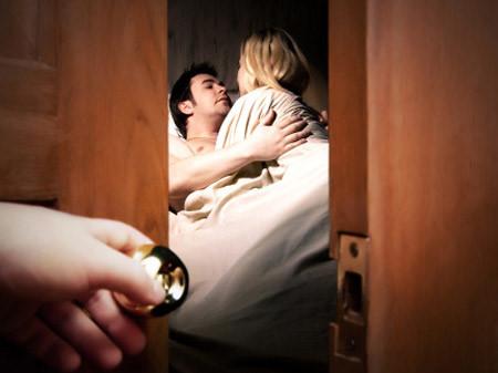 """Bắt gặp cháu chồng xoắn xuýt với bạn trai trong phòng ngủ, tôi còn bị mắng """"vô duyên"""" - 1"""