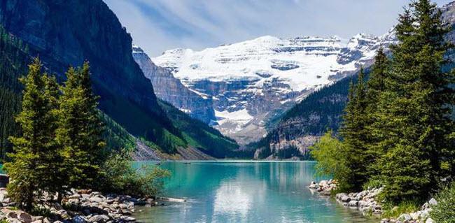 Alberta, Canada: Trong vườn quốc gia Banff, du khách có thể ngắm hồ Louise với nước trong xanh  và được bao quanh bởi dãy núi Rocky đầy tuyết phủ.