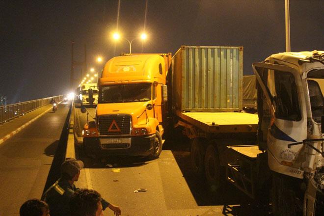 """3 xe container đâm nhau tại dốc cầu """"chết chóc"""" ở Sài Gòn - 2"""