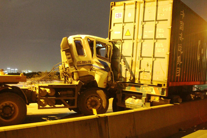 """3 xe container đâm nhau tại dốc cầu """"chết chóc"""" ở Sài Gòn - 1"""