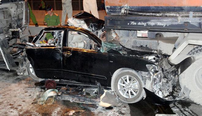 """3 xe container đâm nhau tại dốc cầu """"chết chóc"""" ở Sài Gòn - 4"""