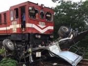 Tin tức trong ngày - Tàu hoả đâm nát bét xe tải ở Hà Nội
