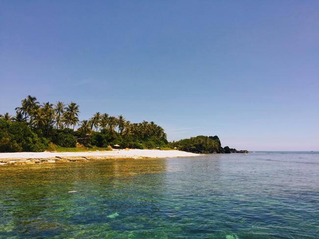 Mặt nước phẳng lặng, với nhiều gam màu khác nhau tạo nên khung cảnh tuyệt đẹp