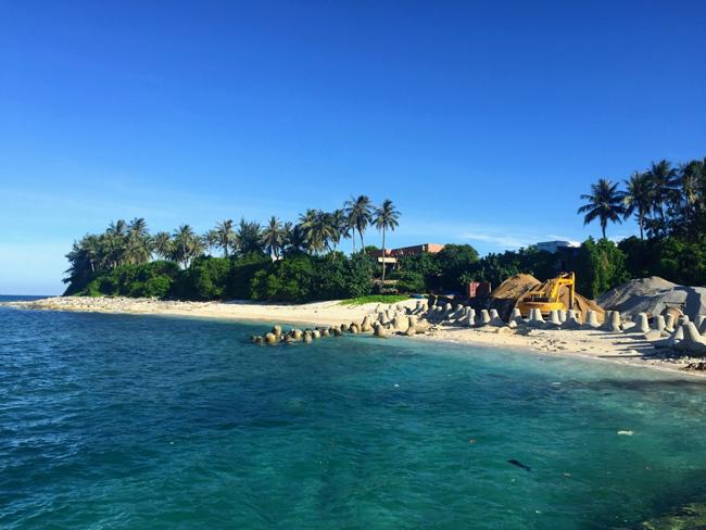 Thời gian di chuyển từ đảo lớn đến đảo bé chỉ khoảng 15 phút đi cano, với giá vé 40.000đ/lượt/người. Có nhiều chuyến đi trong ngày cho bạn lựa chọn.