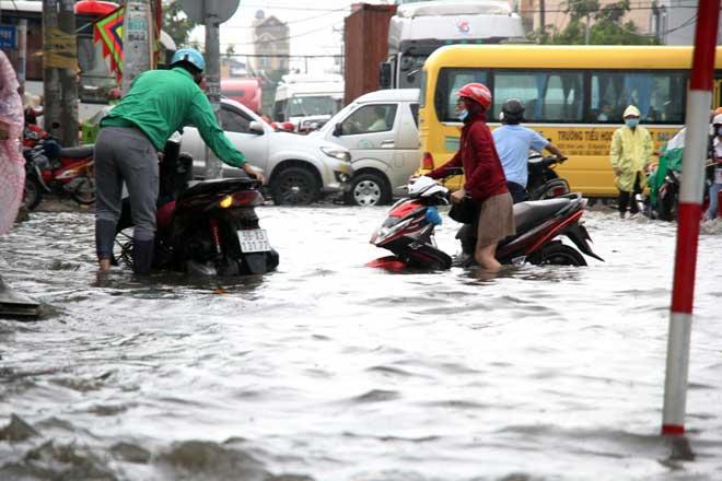 """Bão số 10 khiến đường Sài Gòn ngập sâu, Biên Hòa thành """"sông"""" - 5"""