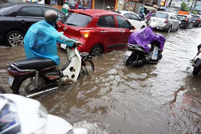 """Bão số 10 khiến đường Sài Gòn ngập sâu, Biên Hòa thành """"sông"""" - 9"""