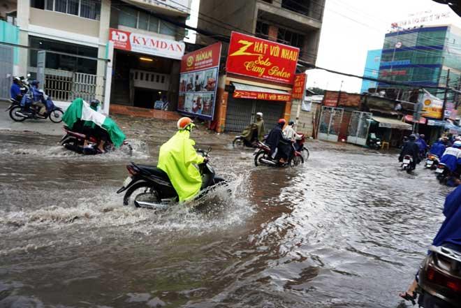 """Bão số 10 khiến đường Sài Gòn ngập sâu, Biên Hòa thành """"sông"""" - 7"""