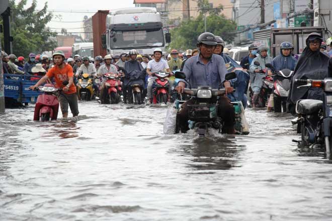 """Bão số 10 khiến đường Sài Gòn ngập sâu, Biên Hòa thành """"sông"""" - 1"""