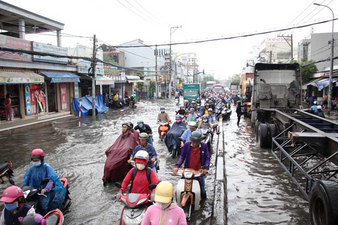 """Bão số 10 khiến đường Sài Gòn ngập sâu, Biên Hòa thành """"sông"""" - 2"""