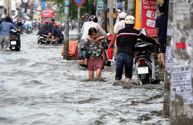 """Bão số 10 khiến đường Sài Gòn ngập sâu, Biên Hòa thành """"sông"""" - 6"""
