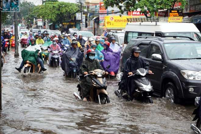 """Bão số 10 khiến đường Sài Gòn ngập sâu, Biên Hòa thành """"sông"""" - 8"""