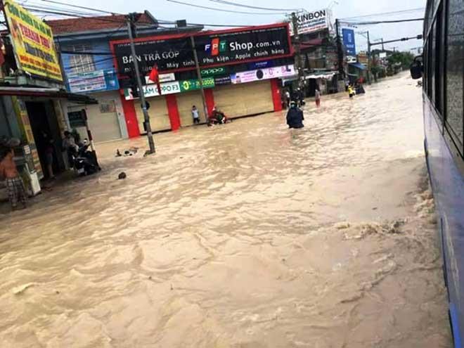 """Bão số 10 khiến đường Sài Gòn ngập sâu, Biên Hòa thành """"sông"""" - 15"""