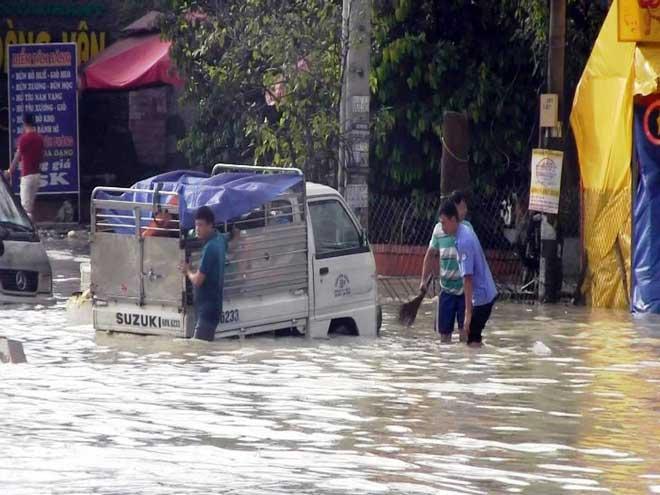 """Bão số 10 khiến đường Sài Gòn ngập sâu, Biên Hòa thành """"sông"""" - 16"""