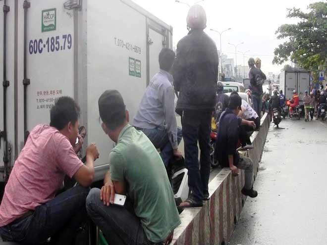 """Bão số 10 khiến đường Sài Gòn ngập sâu, Biên Hòa thành """"sông"""" - 18"""