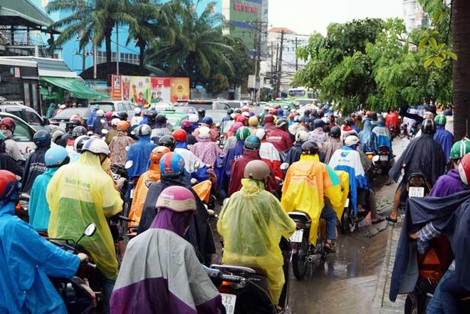 """Bão số 10 khiến đường Sài Gòn ngập sâu, Biên Hòa thành """"sông"""" - 10"""
