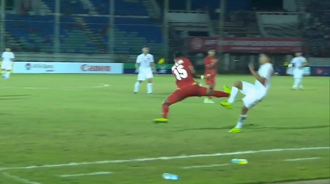 Những cú kungfu rợn người: Từ SAO ngoại hạng Anh tới cầu thủ U18 Việt Nam - 4