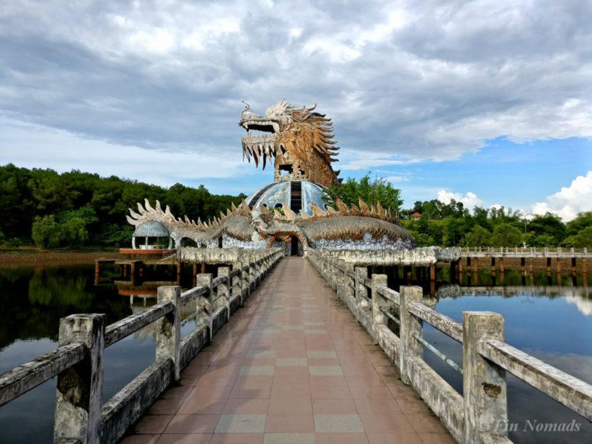 Du khách nước ngoài đổ xô khám phá công viên nước bỏ hoang ở Việt Nam - 3