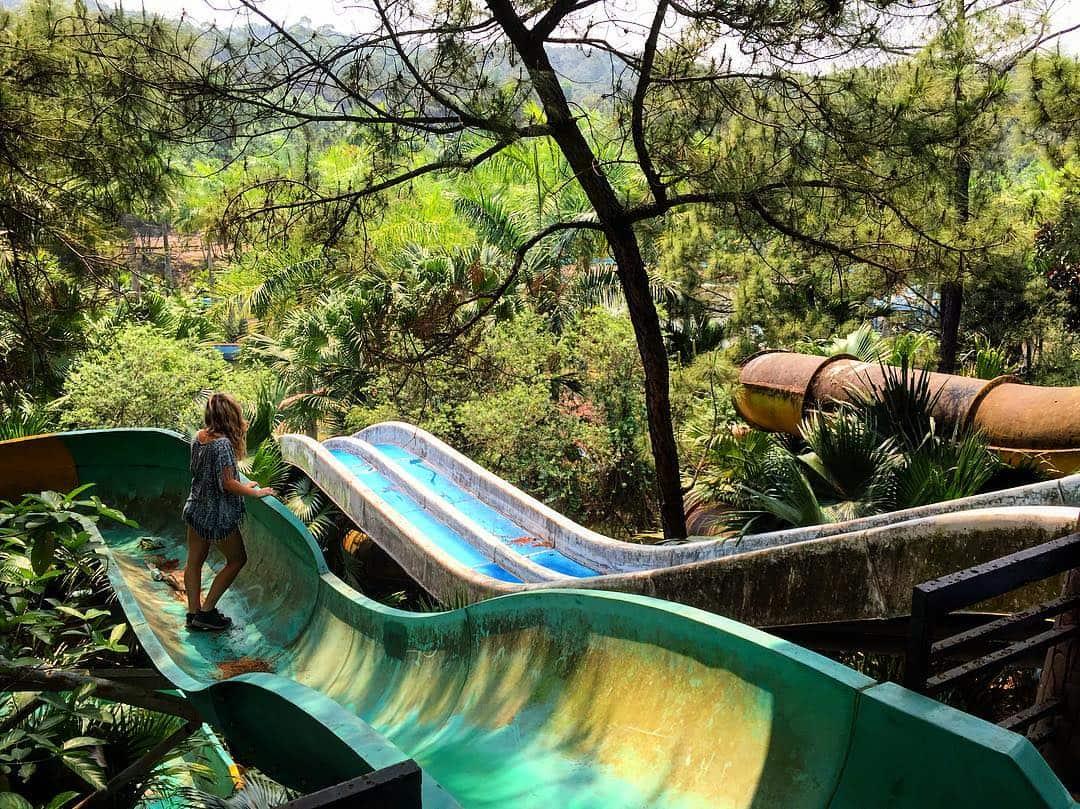 Du khách nước ngoài đổ xô khám phá công viên nước bỏ hoang ở Việt Nam - 6